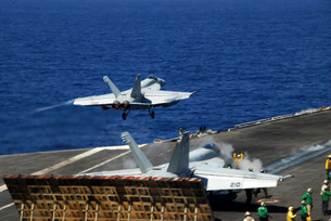 An F/A-18E Super Hornet launches from the aircraft carrier USS Ronald Reagan.の写真素材 [FYI02694624]