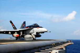 An F/A-18E Super Hornet launches from the aircraft carrier USS Ronald Reagan.の写真素材 [FYI02694628]