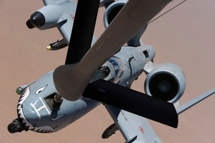 An A-10 Thunderbolt II receives fuel from a KC-135 Stratotanker.の写真素材 [FYI02694629]