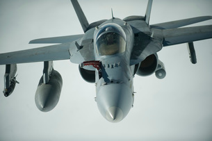 An F/A-18C Hornet receives fuel over Afghanistan.の写真素材 [FYI02694698]