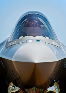 Pilot in the cockpit of a U.S. Air Force F-35 Lightning II.の写真素材 [FYI02694716]