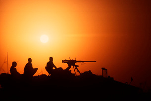 Soldiers set up a security outpost during Operation Desert Sの写真素材 [FYI02694785]