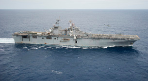 The amphibious assault ship USS Essex transits the Pacific Oの写真素材 [FYI02694806]