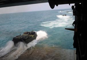 Amphibious assault vehicles exit the well deck of USS Denverの写真素材 [FYI02694816]
