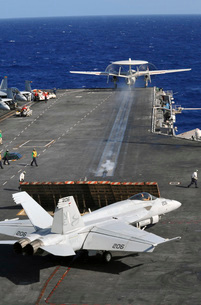 An E-2C Hawkeye launches from the flight deck of USS Abraham Lincoln.の写真素材 [FYI02694835]