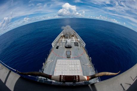 USS Cowpens fires its Mk 45 Mod 2 gun.の写真素材 [FYI02694868]