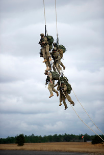 U.S. Soldiers are lifted off the ground by a CH-47 Chinook hの写真素材 [FYI02694884]