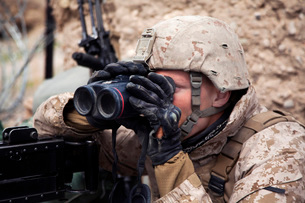 U.S. Marine scans for enemy positions during Operation Bullseye.の写真素材 [FYI02694944]