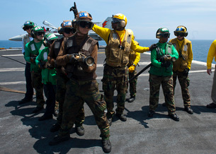Sailors fight a simulated fire drill on the flight deck of Uの写真素材 [FYI02694957]