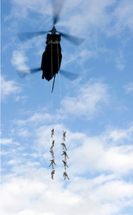 U.S. Soldiers are suspended by a CH-47 Chinook helicopter.の写真素材 [FYI02694962]