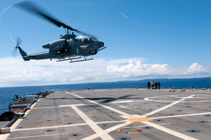 An AH-1W Super Cobra helicopter lands aboard USS Denver.の写真素材 [FYI02695017]