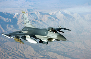 A U.S. Air Force F-16C Fighting Falcon in flight over Afghanの写真素材 [FYI02695176]