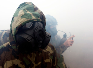 A Marine wearing a gas mask during during chemical warfare tの写真素材 [FYI02695204]
