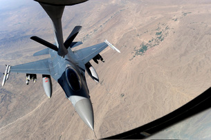 An F-16 Fighting Falcon receives fuel from a KC-135 Stratotanker.の写真素材 [FYI02695218]