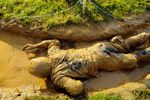 A U.S. Navy midshipman crawls through a foxhole.の写真素材 [FYI02695231]