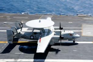 An E-2C Hawkeye lands aboard the aircraft carrier USS Nimitz.の写真素材 [FYI02695253]
