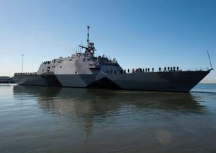The littoral combat ship USS Freedom departs San Diego Bay.の写真素材 [FYI02695264]