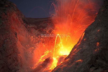 Strombolian type eruption of Batu Tara volcano, Indonesia.の写真素材 [FYI02695268]