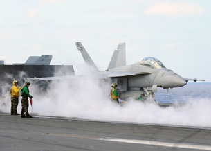 Sailors prepare an F/A-18F Super Hornet for launch aboard USS George Washington.の写真素材 [FYI02695321]