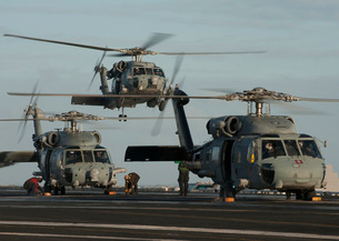 Military helicopters land on the flight deck of USS Carl Vinの写真素材 [FYI02695382]