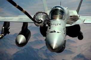 An F/A-18C Hornet receives fuel from the drogue of a KC-10 Extender.の写真素材 [FYI02695421]