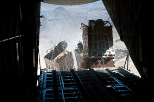 Pallets are released from a C-130 Hercules over Afghanistan.の写真素材 [FYI02695469]