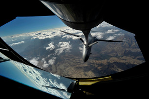 A U.S. Air Force B-1B Lancer is refueled over Afghanistan.の写真素材 [FYI02695487]