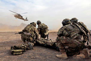 Security force team members wait for a UH-60 Blackhawk medevの写真素材 [FYI02695502]