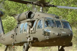 U.S. Soldiers conduct an air assault mission in an UH-60M Blの写真素材 [FYI02695523]