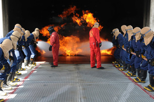 Midshipmen work together to battle a fire.の写真素材 [FYI02695528]
