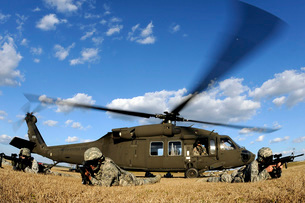 Airmen provide security in front of a UH-60 Black Hawk.の写真素材 [FYI02695533]