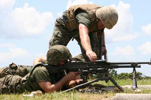 Soldiers fire a M240G medium machine gun.の写真素材 [FYI02695581]