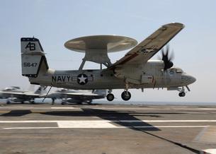 An E-2C Hawkeye lands aboard the aircraft carrier USS Enterprise.の写真素材 [FYI02695610]