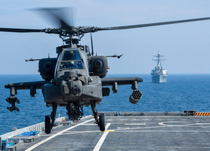 An Army AH-64D Apache helicopter takes off from USS Ponce.の写真素材 [FYI02695619]