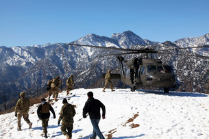 Soldiers board a U.S. Army UH-60 Black Hawk helicopter, Afghanistan.の写真素材 [FYI02695664]