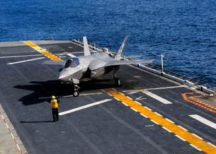 An F-35B Lightning II makes a vertical landing on the flight deck of USS Wasp.の写真素材 [FYI02695672]