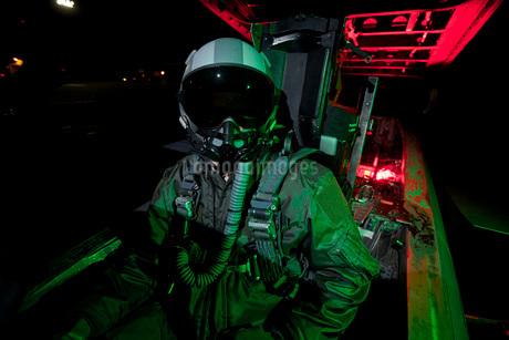 A U.S. Air Force pilot sits inside the cockpit of a F-15C Eagle.の写真素材 [FYI02695676]