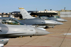 Three F-16 Fighting Falcons prepare to taxi for departure.の写真素材 [FYI02695754]