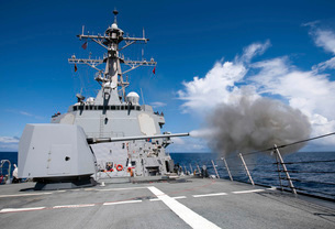 Guided-missile destroyer USS Pinckney fires its MK-45 5-inchの写真素材 [FYI02695847]