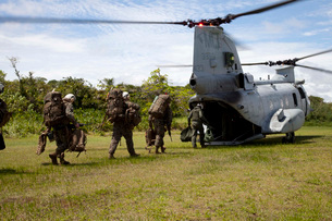 A U.S. Marine Corps CH-46E Sea Knight embarks Marines for transportation.の写真素材 [FYI02695870]