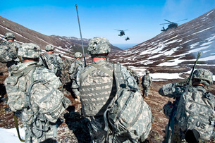 Soldiers wait for UH-60 Black Hawk helicopters to land in Alaska Chugach Range.の写真素材 [FYI02695875]