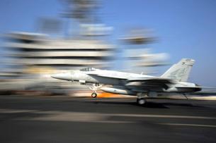 An F/A-18E Super Hornet lands aboard USS Dwight D. Eisenhower.の写真素材 [FYI02695939]