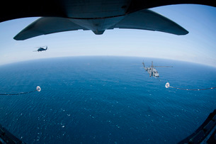 An MC-130P Combat Shadow prepares to refuel two HH-60G Paveの写真素材 [FYI02695948]
