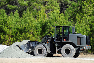 Equipment Operator gathers a load of gravel on Camp Johnson.の写真素材 [FYI02696001]