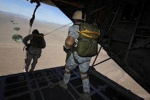 U.S. Airmen jump from a C-130 Hercules aircraft over Nevada.の写真素材 [FYI02696117]