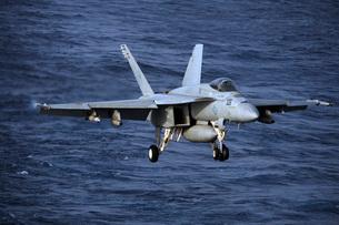 An F/A-18E Super Hornet prepares to make an arrested landingの写真素材 [FYI02696214]