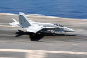 An F/A-18E Super Hornet lands aboard USS Dwight D. Eisenhower.の写真素材 [FYI02696234]