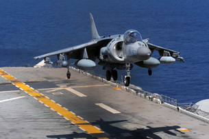 An AV-8B Harrier jet lands on the flight deck of USS Essex.の写真素材 [FYI02696252]