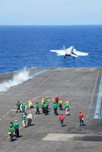 An F/A-18E Super Hornet launches from the aircraft carrier USS Ronald Reagan.の写真素材 [FYI02696257]