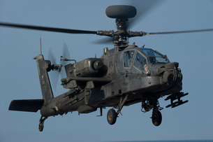 A U.S. Army AH-64 Apache helicopter.の写真素材 [FYI02696276]